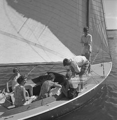 Eunice kennedy, Jacqueline Bouvier, Jean Kennedy, Patricia Kennedy with John F. Kennedy and Edward Kennedy (standing) go sailing while on vacation at the Kennedy compound in June 1953 in Hyannis Port, Massachusetts. Patricia Kennedy, Les Kennedy, Caroline Kennedy, Jacqueline Kennedy Onassis, Jackie Kennedy, Boat Icon, Kennedy Compound, Familia Kennedy, Hyannis Port