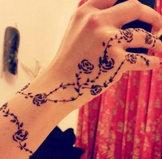 In our school we were not allowed to apply mehndi even during Eid because the brownish orange colour of henna would stay for atleast 2 wee. Henna Tattoos, Simple Henna Tattoo, Henna Tattoo Hand, Vine Tattoos, Rosen Tattoos, Tattoos Skull, Henna Tattoo Designs, Henna Mehndi, Small Tattoos