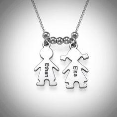 An der Kette hängen zwei kleine Anhänger , ein Junge und ein Mädchen in 925 Silber mit Gravur. Ideal zum Beispiel als Muttertagsgeschenk. #Geschenk #Muttertag #Kette #personalisiert