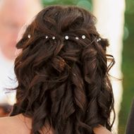 casual wedding hair Romantic Wedding Hairstyle Kristen wore her hair half up and half down, loosely pulled back with big curls. She added two flower and crystal hair pieces. Diy Wedding Hair, Bridal Hair, Wedding Ideas, Casual Wedding, Wedding Photos, Wedding Dresses, Bride Hairstyles, Cute Hairstyles, Hairstyle Pictures