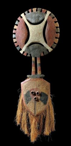Masque Bedu  Les masques Bedu ne se trouvent que dans la région de Bondoukou en Côte d'Ivoire. L'origine de ces masques remonte au XIXe siècle. Ces masques plats sont impressionnants, ils peuvent mesurer jusqu'à environ 2.5 m, et peuvent peser 50 kg, de jeunes danseurs les portent lors des cérémonies funéraires et lors des moissons. Les masques féminins et masculins sont souvent exhibés en couple. L'utilisation de motifs géométriques et de couleurs vives fait de ces masques des œuvr...