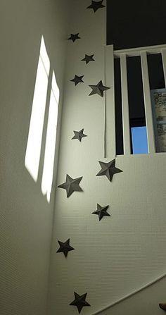 Déclinaison d'étoiles en carton et en 3 D dans ma montée d'escalier