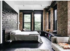 o que gostei: janela ampla, tijolinho, bancada com livros e possibilidade de pendurar uma tv na parede. quarto amplo.