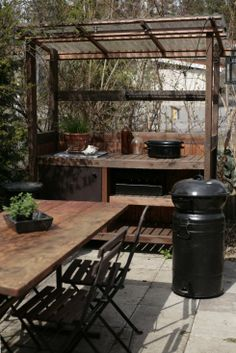 Nice outdoor table and café chairs Pergola Patio, Backyard, Summer Kitchen, Cafe Chairs, Garden Pool, Garden Styles, Outdoor Gardens, Outdoor Living, Dining