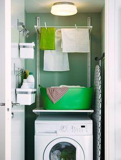 Aménagement astucieux d'une petite buanderie IKEA http://www.homelisty.com/amenager-petite-buanderie-astuces/