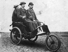Gérard DASSE et ses fils dans la première voiturette Dasse de 1894, inspirée de la Benz de 1888, monocylindre de 2,5 CV.