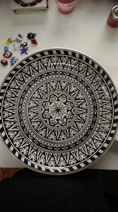 Mavicini Sharpie Designs, Paint Designs, Designs To Draw, Ceramic Painting, Ceramic Art, Ceramic Plates, Decorative Plates, Triangle Art, Turkish Tiles