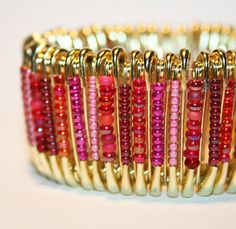 Raspberry Bliss  Safety Pin Bracelet por MysticLily en Etsy, $20.00