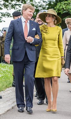 King Willem-Alexander and Queen Maxima of The Netherlands walked arm in arm at the Monument National de la Solidarité Luxembourgeoise, where King Willem Alexander laid a wreath during a solemn ceremony. Yellow Fashion, Royal Fashion, Elie Saab Couture, Gala Dresses, Princess Outfits, Queen Maxima, African Print Fashion, Royal Jewels, Mother Of The Bride