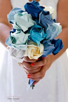 Ramo de novia de flores de papel azul moderno actual Boda  Creative Blue Paper flowers DIY modern wedding buquet chic glam inexpensive elegant Eco