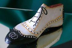 Buscando la forma de hacer algunos trabajos en mi taller, encotré en la red una serie de bellas decoraciones realizadas con hormas de zapat... Tap Shoes, Dance Shoes, Shoe Molding, Shoe Last, Shoe Tree, Junk Art, Dress Sewing Patterns, Painted Shoes, Vintage Shoes