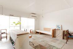 気持ちのいい明るさが広がる室内は、緑豊かな周辺環境を選ばれたからこそ。#A様邸練馬 #団地リノベ #シンプルな暮らし #モルタル #ブラインド #日当たり良好 #EcoDeco #エコデコ #インテリア #リノベーション #renovation #東京 #福岡 #福岡リノベーション #福岡設計事務所 Entryway Bench, House Styles, Storage, Interior, Room, Furnitures, Nest, Home Decor, Ideas