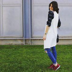 Mitad de semana!!! Ya habéis visto el último post?? Hoy estaré un ratito de compras #deco así que aquí os dejo la fotito del outfit de hoy. El estampado de cebras está de moda!! Y recordar que mañana abre @clpshop_official  en#Huesca !  Tap en bio para ver los detalles  #sneaker #burgundy #cebra #print #blouse #shirt #vest #white #fashion #blogdemoda #fashionblogger #estilo #moda #zaragoza #kissmylook