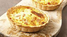 A quiche é uma torta Francesa, feita com queijos, carnes e vegetais. A versão original da receita, conhecida como quiche lorraine, é saborosa e delicada.