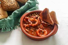 Le seppie in umido sono un secondo piatto gustoso. Aggiungendo i piselli alla preparazione si renderà il piatto più leggero e completo.