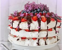Recept na Pavlovovej tortu s parížskou šľahačkou a ovocím