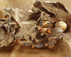 Kisa: Set aus Armkettchen und zwei Ohrringen Die Polymer Clay Kugeln sind orange, schwarz, lila und schmimmernden Glitter in Handarbeit hergestellt.