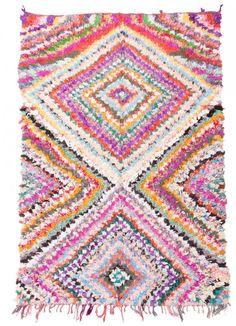 Der Boucherouite-Teppich reiht sich in die fantastischen Teppichkreationen ein, die aus Marokko kommen. Als Flickenteppich wird er aus gebrauchten Textilien wie Wolle, Garn, Kunstfasern und anderen Textilmaterialien hergestellt, die wiederverwertet werden können. Dieser wunderschöne marokkanische Flickenteppich ist das Ergebnis der Veränderungen, die in den letzten Jahren in Marokko auf dem Land stattgefunden haben, wo die herkömmlich nomadische Kultur fester Landwirtschaft und anderen… Vintage, Blanket, Crochet, Classic Rugs, Rag Rugs, Berber Carpet, Modern Rugs, Gift Crafts, Weaving