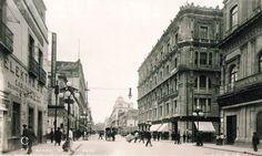 Imagen de la calle 5 de Mayo esquina con la calle de Motolinia, viendo hacia el Eje Central Lazaro Cardenas y con el Zócalo hacia las espaldas.  Foto probablemente de finales de los años 20's.