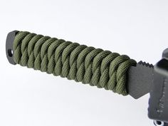 "How to Make a Paracord ""Knife"" Handle Wrap-Simple West Country Whipping Knot-CbyS Paracord Knife Handle, Trench Knife, Rope Knots, Paracord Projects, Paracord Ideas, Knife Handles, Paracord Bracelets, Paracord Belt, Knife Making"