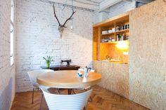 Antiguo apartamento convertido en oficina. Parquet de tablillas y muebles de OSB|Espacios en madera