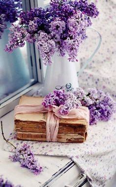 Decorating ideas with lilac - 50 inspirational pictures and smart .-Deko Ideen mit Flieder – 50 Inspirationsbilder und pfiffige Tipps deco ideas with lilac in vintage style - Book Aesthetic, Flower Aesthetic, Purple Aesthetic, Purple Flowers, Beautiful Flowers, Lavender Flowers, Book Flowers, Deco Floral, All Things Purple