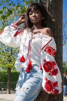 La marque Brave&Naïve confectionne des blouses et des robes en lin brodées alliant tradition ukrainienne et style bohème-chic.