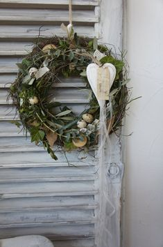 A beautifully natural door wreath . Naturalness surrounded by greenery, beautiful wood heart and all sorts of locomoties . Diy Wreath, Grapevine Wreath, Spring Door Wreaths, Xmas Decorations, Ladder Decor, Easter, Etsy, Flowers, Blog