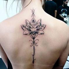 flor-de-lotus-nas-costas