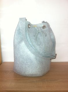 Absolutely perfect for winter time this grey bucket bag. Size of the bag: 31 cm large Adjustable felt strap size: 93 cm Inside 1 pocket with zipper. Handmade Bags, Bucket Bag, Baseball Hats, Trending Outfits, Tote Bags, Unique Jewelry, Etsy, Vintage, Fashion