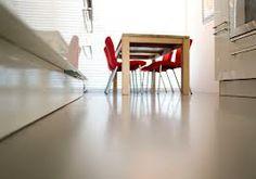 GIETVLOER (kunststof of steen): Een voordeel hiervan is dat het een strakke en gladde vloer is. Daarnaast zijn er vele kleuren mogelijk en is het mogelijk om figuren in de vloer te laten gieten. Een nadeel is wel dat het snel glad kan worden, een toevoeging van gemalen steen in korrelvorm zorgt ervoor dat dit verminderd wordt.