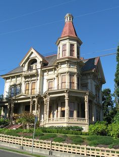 Flavel House in Astoria, Oregon. Built in 1885 for Captain George Flavel a Columbia River Pilot. Farm Houses, Tree Houses, Old Houses, Victorian Architecture, Historical Architecture, Architecture Design, Victorian Decor, Victorian Houses, Beautiful Dream