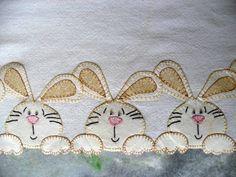 Saco alvejado de boa qualidade e barrado em tecido 100% algodão bordado a mão... R$ 25,00 Baby Applique, Baby Embroidery, Hand Embroidery Patterns, Applique Patterns, Applique Quilts, Applique Designs, Embroidery Designs, Patch Quilt, Kids Blankets