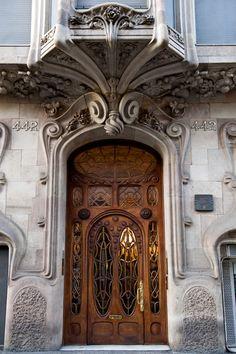 Дом комалат, неповторимый Гауди-вдохновил здание, расположенное в Барселоне. Он был построен по проекту архитектора Сальвадора Валери я Pupurull в начале 1900-х годов. Фотографии в основном из Википедии &амп; здесь.