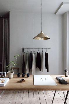 Minimalist tasarım ev dekoru fikirleri. Sade ve şık duvarlar deri koltuklar ahşap masalar