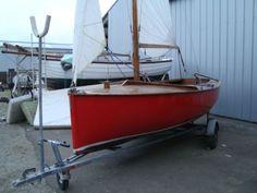 Yachting World Dayboat , est un bateau Anglais,  stable , spacieux , permettant des sorties en famille , à la voile , au moteur, ou à l'avirons ! Celui çi est en bois moulé , mat et bôme en bois vernis , dérive en acier galvanisée