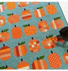 Everytime I see this pumpkin quilt I fall more and more in love with it. Quilt by @kamiemurdock. Pattern by @cluckclucksew.