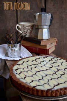"""La """"torta mocaccina""""del grande pasticcere Ernst Knam è una crostata composta da una base di pasta frolla al cacao farcita da una ganache di cioccolato aromatizzata al caffè, dal gusto deciso e leggermente amara e rifinita con una ganache al cioccolato bianco dal gusto delicato e vellutato. Sweet Recipes, Cake Recipes, Dessert Recipes, Italian Desserts, Just Desserts, Chocolate Sweets, Biscotti, Sweet Tarts, Recipes From Heaven"""