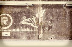 "El ""graffiti net"" del @movimentr s'ha creat netejant el mur amb un raspall d'acer. Graffiti, International Day, Graffiti Artwork, Street Art Graffiti"