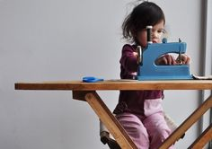 Oh what an awesome kid-sized sewing machine!