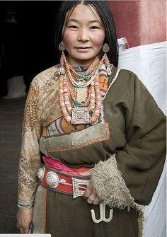Cultura tibetana, descrizione abito tradizionale: https://www.facebook.com/notes/haneulcorea/tibet-il-cuore-di-un-popolo/996534407029080