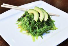 Wakame obsahuje spoustu vitamínů a minerálů a dokonce má prý i pozitivní účinky proti rakovině. S klidným svědomím si udělejme wakame salát!