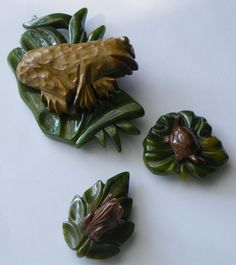 SALE: Bakelite & Wood Frogs & Turtle - Pin/Clip Set - Carved - Vintage - Collectibles