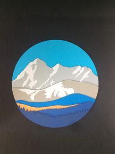 Lindo trabajo de Monte Everest hecho con papel español en varias capas de colores. Tamaño 25x25 cm.