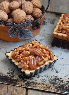 De délicieuses petites tartelettes sur une base de pâte sablée garnie d'une amandine et d'une généreuse couche d'un mélange de noix et de...