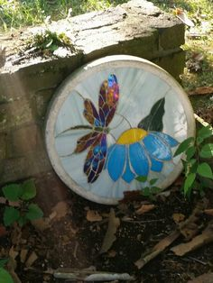 Stained glass stepping stone | Flickr - Photo Sharing! Stained Glass Lamps, Stained Glass Projects, Fused Glass Art, Stained Glass Patterns, Mosaic Flower Pots, Mosaic Garden, Glass Garden, Concrete Garden, Garden Stones