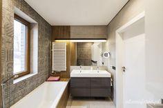 piękna łazienka śliczne kafelki, drewno w łązience, ciepła łazienka, wanna z płytkami drewnopodobnymi