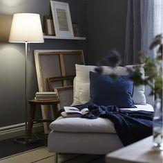 En golvlampa med textil eller pappersskärm sprider ett dämpat ljus över rummet och lyser upp i mörka hörn. NYFORS i avskalat enkel design blir dessutom en fin inredningsdetalj.