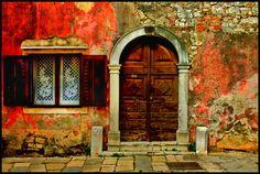 Rovinj - old house facade in the very old town of roving in croatia.  Vielle facade dans la tres vielle ville de rovinj en croatie.