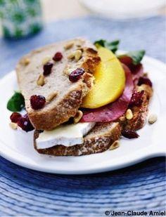 Sandwichs au Brie de Meaux, mangue et pignons